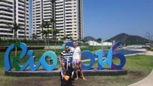 Na tle budynków w Rio