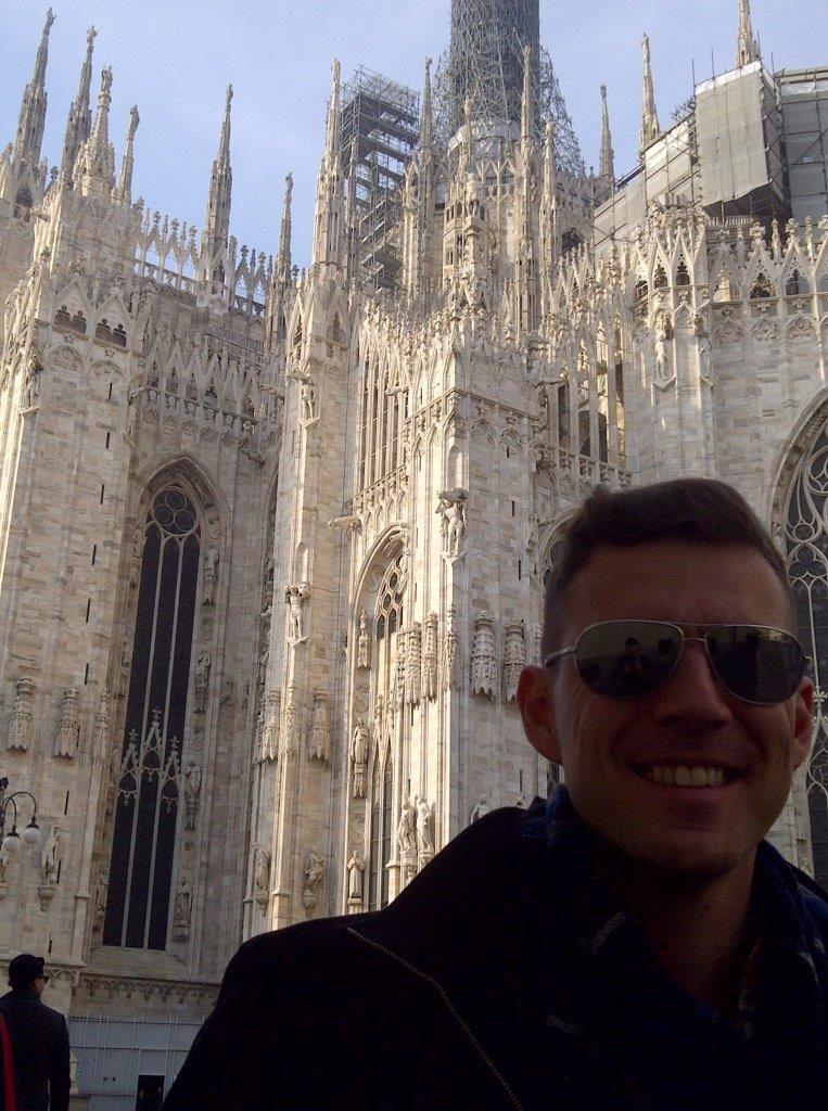 Na tle mediolańskiej świątyni Duomo