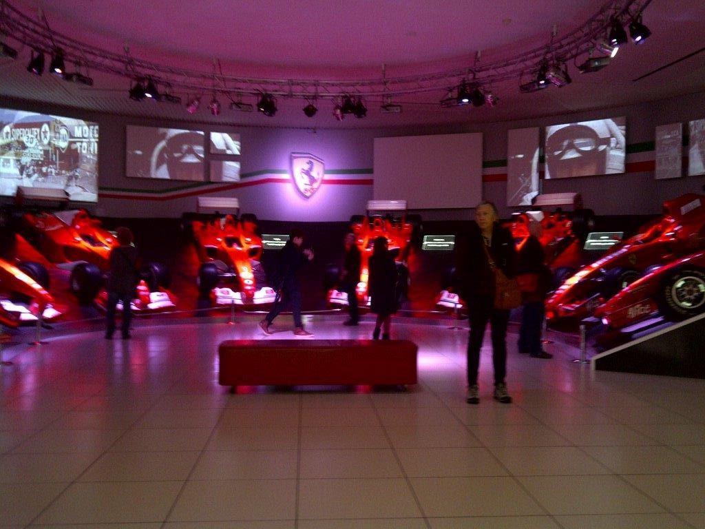 Ekspozycja samochodów w muzeum Ferrari
