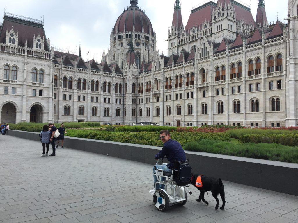 Coco przed budynkiem parlamentu