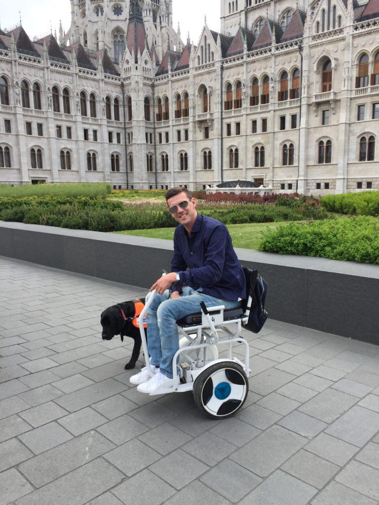 Blumil na tle parlamentu w Budapeszcie