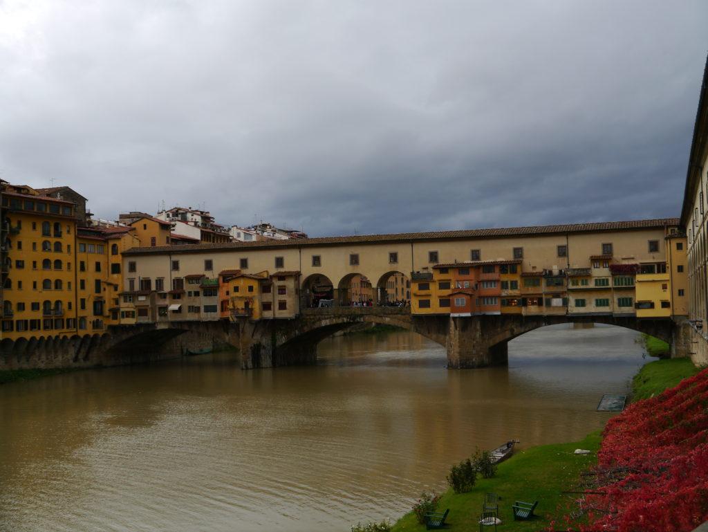 Widok na most Ponte Vecchio we Florencji