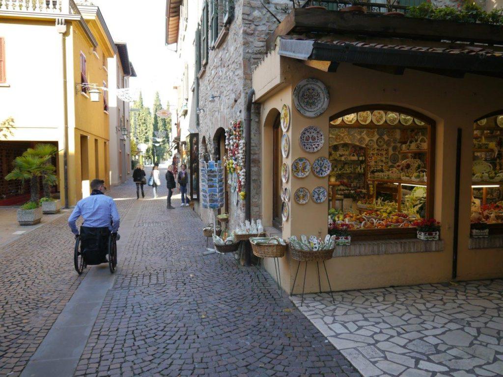 Blumil na ulicy w Sirimione we Włoszech