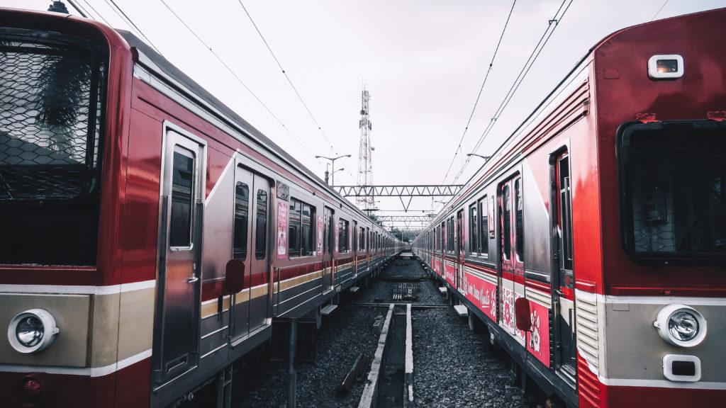 Dwa pociągi na bocznicy