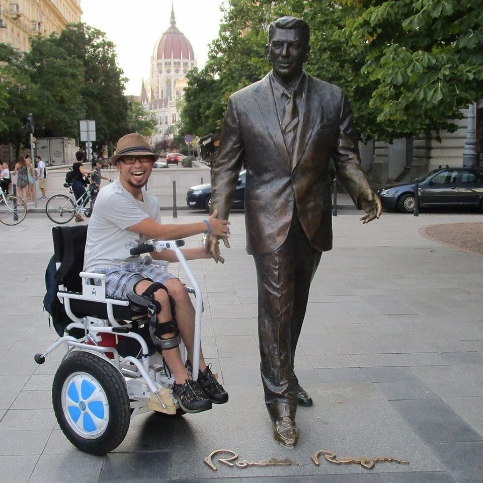Użytkownik wózka elektrycznego Blumil, podróżowanie z wózkiem elektrycznym, turystyka bez barier, wózek inwalidzki