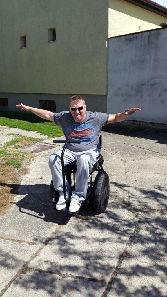 użytkownik wózka elektrycznego, wózek inwalidzki, wózek elektryczny